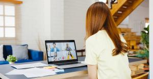 Mulher faz videochamada com colegas